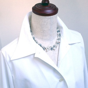 300第二ボタン外す 真珠のネックレス.jpg