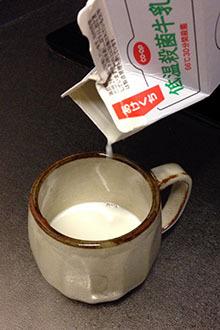 クリーマー05試運転 低温殺菌牛乳をたっぷり入るカップに注ぐ.jpg
