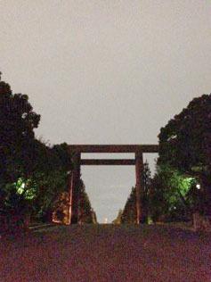 夜散歩 靖国神社の鳥居-1.jpg