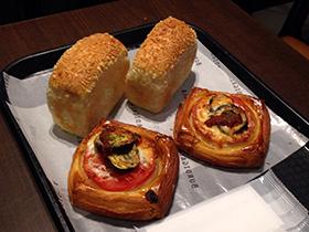 東京駅中 04 カレーパンとピザデニッシュ.jpg